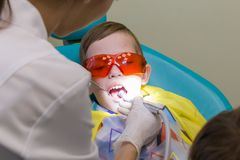Прием на зубоврачевании Мальчик принимает обработку стоматологии стоковая фотография