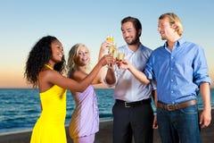 прием партии шампанского пляжа стоковое изображение