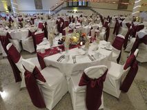 Прием по случаю бракосочетания настроил с всеми расположениями таблицы для bridal партии и гостей стоковые фото