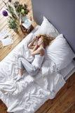 Прижиматься в кровати Стоковые Изображения