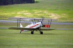 Приземляться завальцовка самолет-биплана на авиаполе Mende Стоковые Изображения