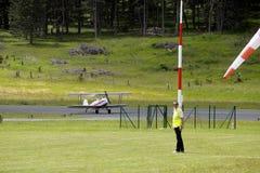 Приземляться завальцовка самолет-биплана на авиаполе Mende Стоковое Фото
