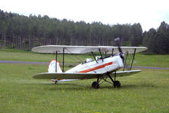 Приземляться завальцовка самолет-биплана на авиаполе Mende Стоковые Фото