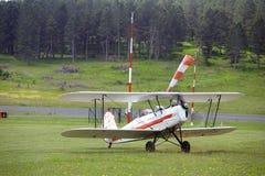 Приземляться завальцовка самолет-биплана на авиаполе Mende Стоковые Фотографии RF