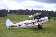 Приземляться завальцовка самолет-биплана на авиаполе Mende Стоковое фото RF
