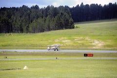 Приземляться завальцовка самолет-биплана на авиаполе Mende Стоковое Изображение