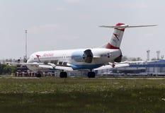 Приземляясь австрийские воздушные судн Fokker 100 авиакомпаний стрелок Стоковое фото RF
