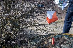 _ Призма контрольного пункта и электронное composter для orienteering конца-вверх Оборудование навигации против как крюка hang до стоковая фотография rf