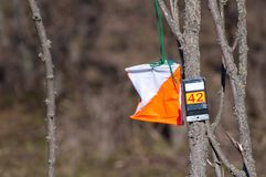 _ Призма контрольного пункта и электронное composter для orienteering конца-вверх Оборудование навигации против как крюка hang до стоковое изображение