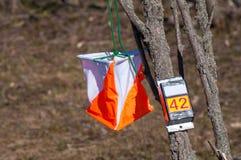 _ Призма контрольного пункта и электронное composter для orienteering конца-вверх Оборудование навигации против как крюка hang до стоковые фото