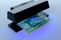 Признаки безопасности на банкноте в предохранении от ультрафиолетового света Стоковые Фотографии RF