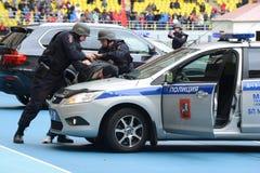 Признаковое задержание полицией преступника стоковые изображения