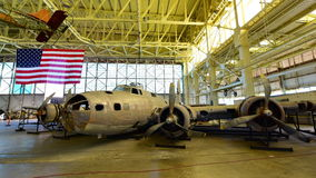 Призрак болота бомбардировщика крепости летания Боинга B-17E на дисплее на музее авиации Habor жемчуга Тихом океан Стоковое Изображение RF