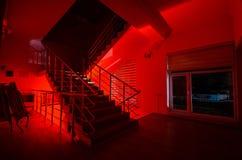 Призрак в преследовать доме на лестницах, загадочном силуэте человека призрака с светом на лестницах, сценой ужаса llig страшного Стоковое Изображение