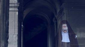 Призрак монашки идет через руины старого монастыря 4 k Стрельба замедления видеоматериал