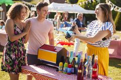 Приз пар выигрывая на стойле Tombola на занятом Fete сада лета стоковая фотография