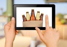 Приказывая пиво через интернет Стоковое фото RF