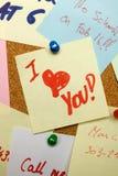 прикалыванное примечание влюбленности пробочки доски Стоковое Изображение RF