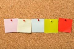 Прикалыванные бумажные примечания на пробковой доске Стоковое Изображение RF