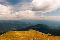 Прикарпатские горы ландшафта под облаками Стоковые Изображения RF