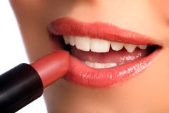 прикладывать губную помаду губ косметик красотки к женщине Стоковая Фотография