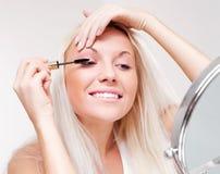 прикладывать женщину mascara стоковое изображение rf