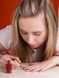 прикладывать женщину polsih ногтя стоковые фото