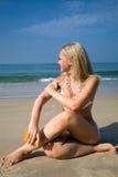 прикладывать женщину suntan лосьона стоковые фото