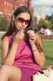 прикладывать красивейший красный цвет губной помады девушки Стоковое Фото