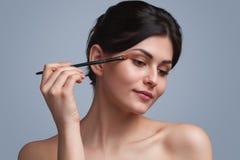 прикладывать красивейшую женщину eyeshadow стоковые фотографии rf