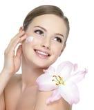 прикладывать предназначенное для подростков cream цветка счастливое Стоковые Фото