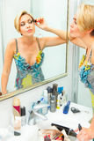 прикладывать привлекательную женщину mascara ванной комнаты стоковые фото