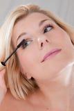 прикладывать черный mascara девушки Стоковые Фотографии RF