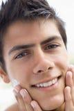 прикладывать cream брить человека стоковая фотография