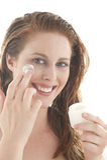 прикладывать cream женщину стороны Стоковое фото RF
