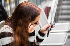 прикладывать mascara девушки Стоковое Фото