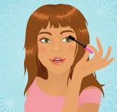прикладывать mascara девушки Стоковые Изображения