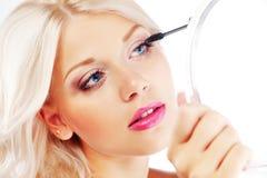прикладывать mascara Стоковое фото RF