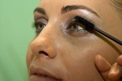 прикладывать mascara Стоковые Фотографии RF