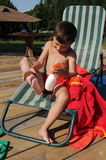 прикладывающ мальчика меньший солнцезащитный крем лосьона Стоковые Фотографии RF