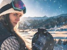 Приключение к спорту зимы Девушка Snowboarder Стоковые Изображения