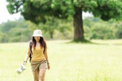 Приключение перемещения Hiker азиатское в лесе джунглей стоковая фотография rf