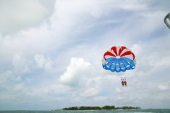 Приключение потехи парасейлинга в Багамских островах Стоковая Фотография