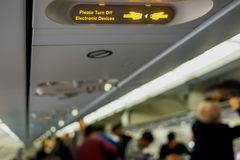 Прикрепите знак ремня безопасности на воздушных судн стоковое изображение