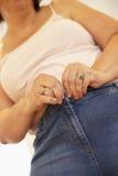 прикрепите избыточный вес к брюкам судя за женщина стоковая фотография