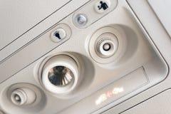 Прикрепите панель света и консоли ремня безопасности на кондиционере над местом в кабине самолета низкой цены коммерчески стоковая фотография rf