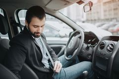 Прикрепите пояс автокресла Безопасность прежде всего ремня безопасности пока управляющ Стоковые Изображения