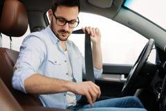 Прикрепите пояс автокресла Безопасность прежде всего ремня безопасности пока управляющ стоковое изображение