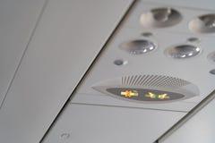 Прикрепите ремень безопасности и для некурящих подписывает внутри воздушные судн стоковые фотографии rf