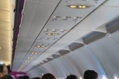 Прикрепите ремень безопасности и для некурящих подписывает внутри воздушные судн стоковое изображение